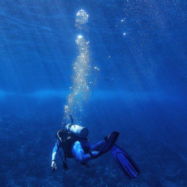 Dykker på havbunnen under vann
