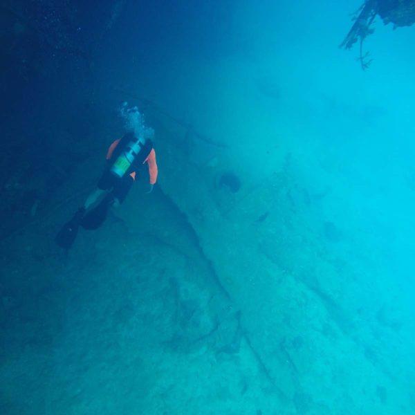 Dykker som går ned mot et vrak